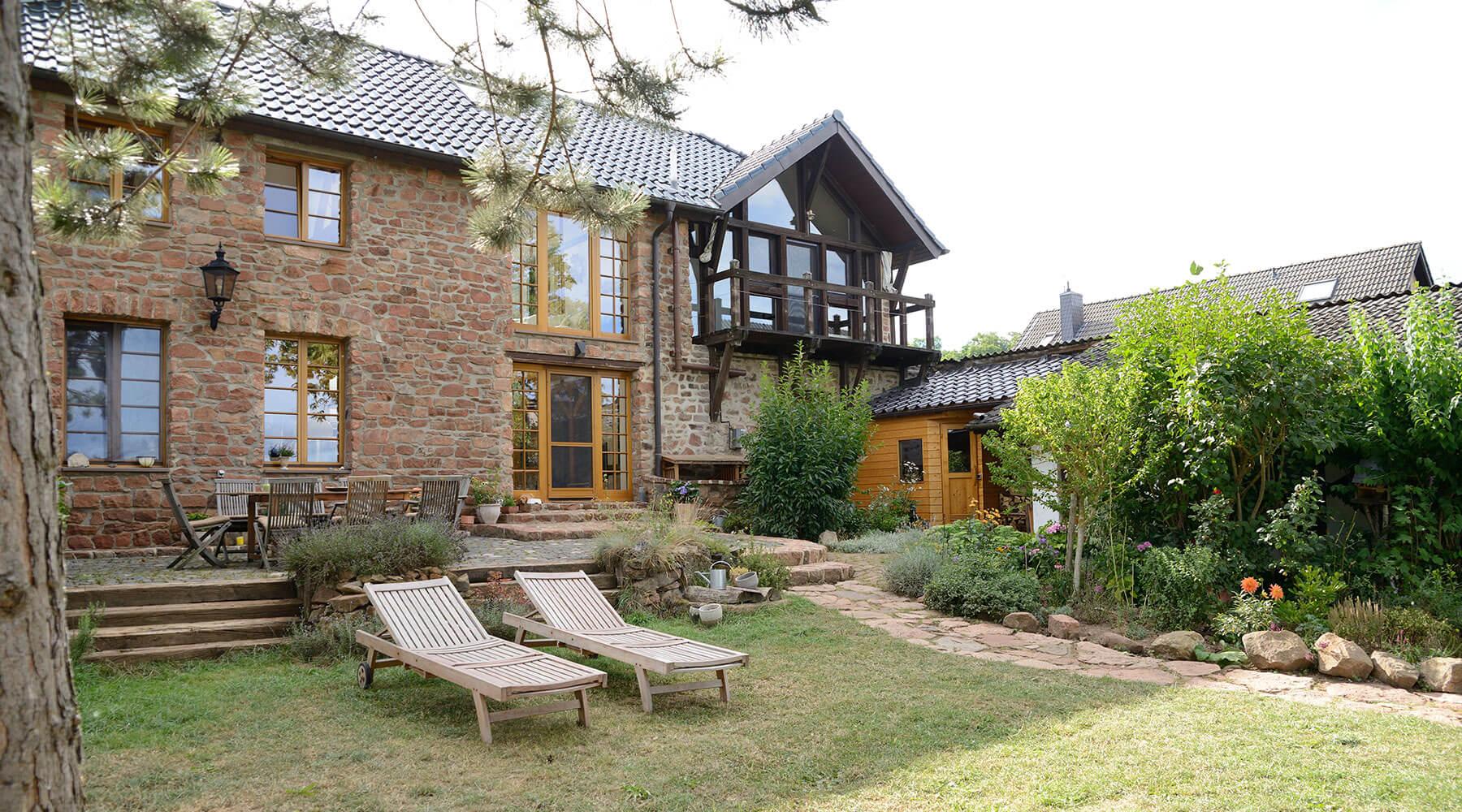 Außenaufnahme Haus mit Garten
