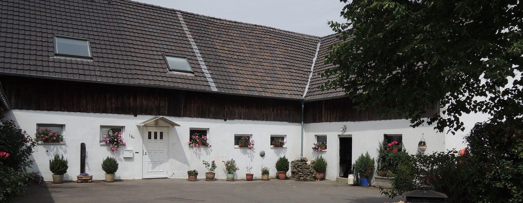 Landidylle mit parkähnlichem Garten – Außenaufnahme Haus mit Vorplatz